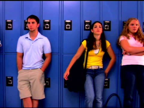 vidéos et rushes de teenagers leaning on lockers in school hallway - 16 17 ans