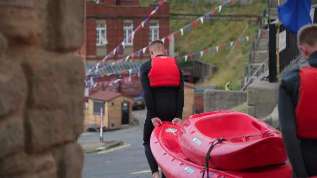 jugendliche aus kayaking - mannschaftssport stock-videos und b-roll-filmmaterial