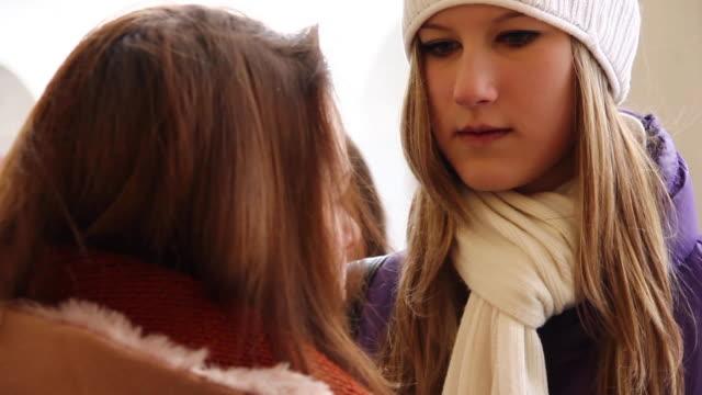 vídeos de stock e filmes b-roll de adolescentes ao ar livre - só meninas adolescentes