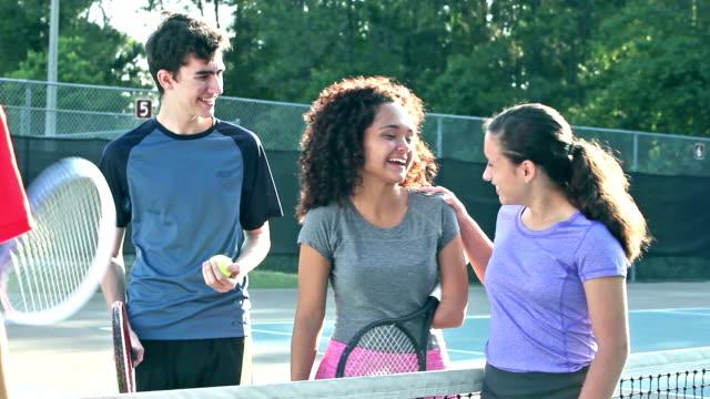 Tieners spelen tafeltennis, met inbegrip van gehandicapte meisje