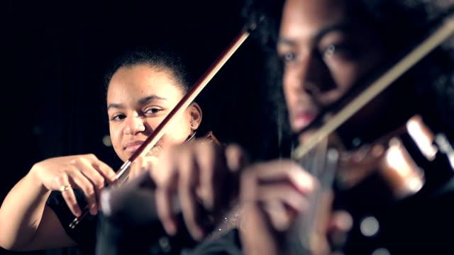 10 代の若者のコンサートでバイオリンの演奏 - バイオリン奏者点の映像素材/bロール