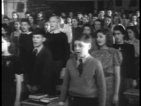 vidéos et rushes de teenagers standing in classroom singing national hymn 'america the beautiful' vs teenagers representing various ethnic ancestries singing together... - choeur