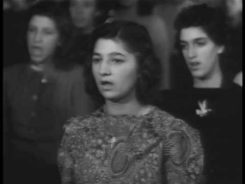 vídeos de stock, filmes e b-roll de teenagers standing in classroom singing national hymn 'america the beautiful' vs teenagers representing various ethnic ancestries singing together... - documentário