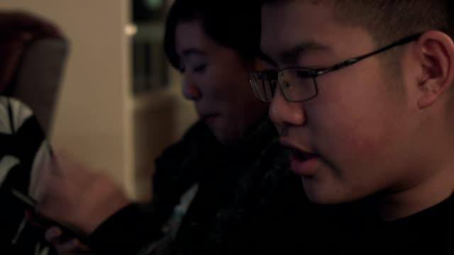 vídeos y material grabado en eventos de stock de teenagers using new technology - nativo digital