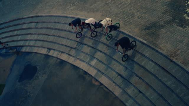 公園で自転車を持つティーンエイジャー - bmxに乗る点の映像素材/bロール