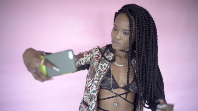 a teenagerusing social media. - halsreif stock-videos und b-roll-filmmaterial