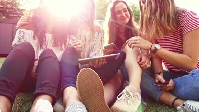 vidéos et rushes de amis d'adolescents à l'aide de l'extérieur de la technologie - budapest