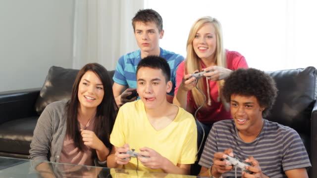 vídeos de stock, filmes e b-roll de adolescentes jogar jogos de vídeo - coordenação