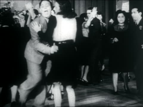 vidéos et rushes de b/w 1938 teens swing dancing + man playing double bass (2 shots) / documentary - rock