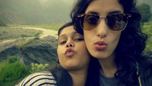 十代の若者たちを取って楽しい新鮮な空気で selfie。 - 口を尖らせる点の映像素材/bロール