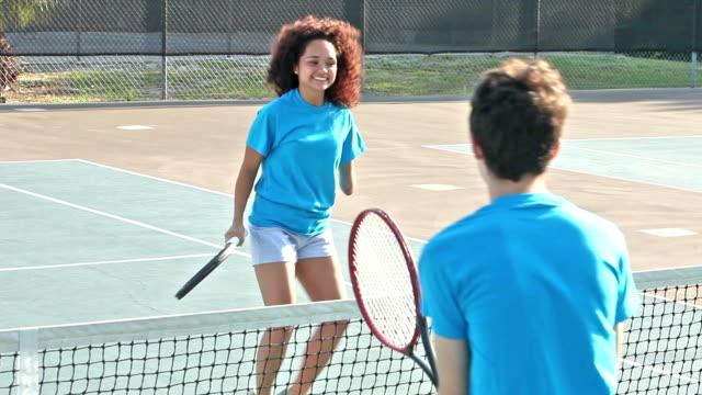 jugendliche unter tennis clinic, einschließlich behinderte mädchen - andersfähigkeiten stock-videos und b-roll-filmmaterial