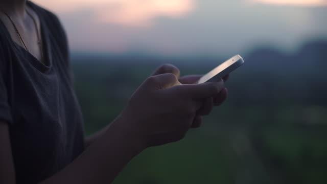 Tonåringar använder kommunicerar i sociala nätverk på din smartphone.