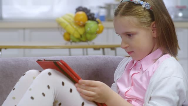 vídeos y material grabado en eventos de stock de adolescentes utilizan los medios sociales. niño utilizando conexión a través de tecnología de - nativo digital