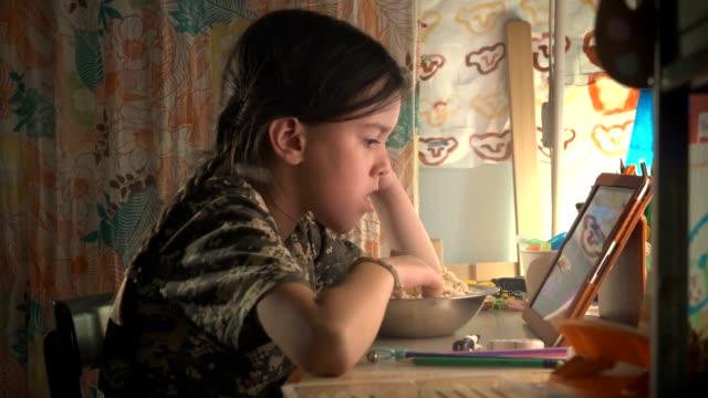 ソーシャルメディアを使用して十代の若者たち。テクノロジーを利用した子ども - 電話を切る点の映像素材/bロール