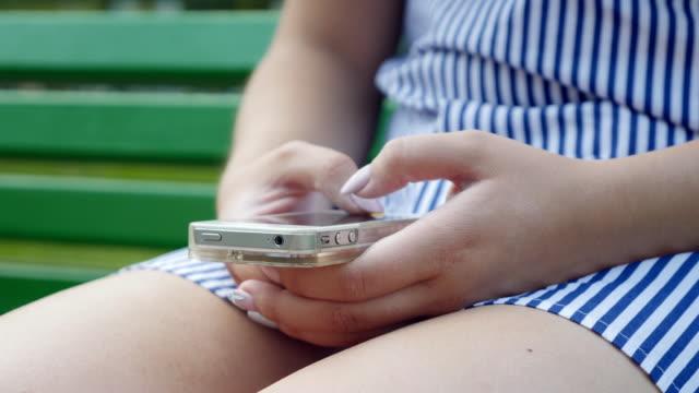 vídeos de stock, filmes e b-roll de adolescentes usando a mídia social. garota se comunica em redes sociais no smartphone - banco assento