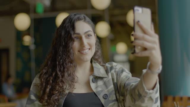 stockvideo's en b-roll-footage met teens using social media - belichting
