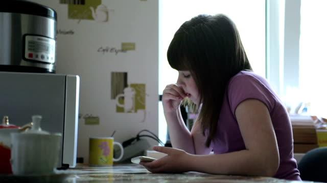 社会的なメディアを使用して十代の若者たち - 食べ物 サンドイッチ点の映像素材/bロール