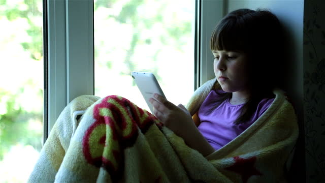 vídeos de stock, filmes e b-roll de adolescentes usando a mídia social - peitoril de janela