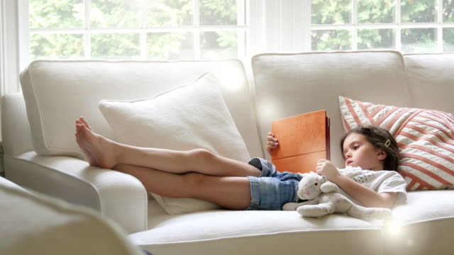 teenager-sicht auf die welt. kind mit technologie verbinden durch technologie - 6 7 jahre stock-videos und b-roll-filmmaterial