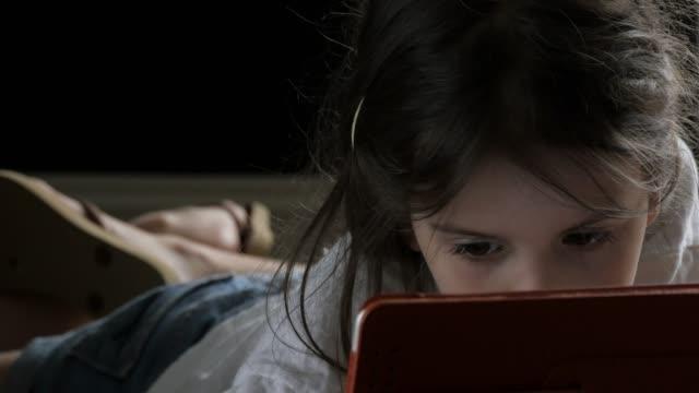 teens synsätt på världen. barn använder teknik ansluta genom teknik - endast flickor bildbanksvideor och videomaterial från bakom kulisserna
