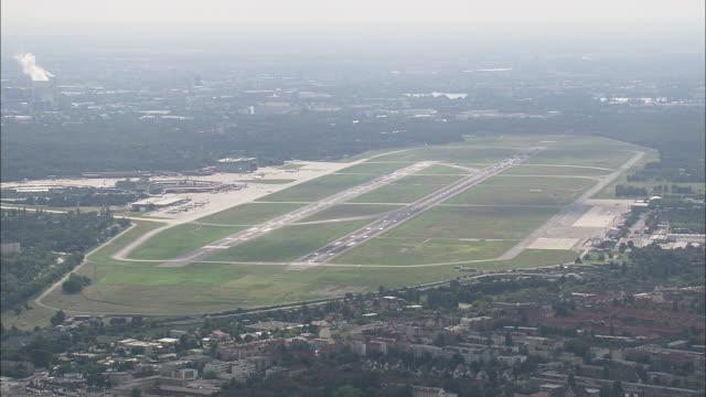 vidéos et rushes de tegel airport - tour de contrôle