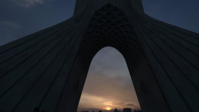vidéos et rushes de la tour basse de la tour de téhéran azadi bas incline vers le bas au crépuscule - tour d'azadi