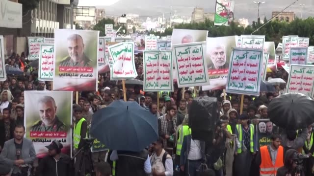 vídeos de stock e filmes b-roll de tehran backed huthi rebels demonstrate in sanaa to pay tribute to top iranian commander qasem soleimani killed in last week's us drone strike that... - inflamação