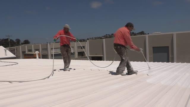 tejados blancos para salvar el planeta y de paso ahorrar energia. voiced: tejados para ahorrar energia on june 17, 2012 in san francisco, california - planeta stock videos & royalty-free footage