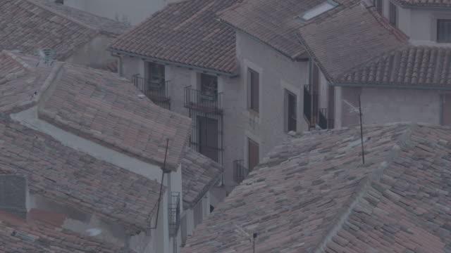 vidéos et rushes de tejados de pequeño pueblo - imperfection