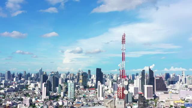 都市の上の通信5gセルラー基地局空中写真 - 受話器点の映像素材/bロール