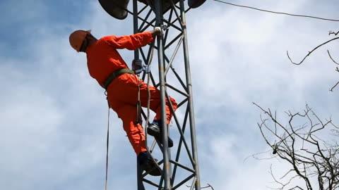 vídeos y material grabado en eventos de stock de el trabajador en torre de telecomunicaciones - alto descripción física