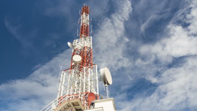 telecomunicazioni albero e celeste - emissione radio televisiva video stock e b–roll
