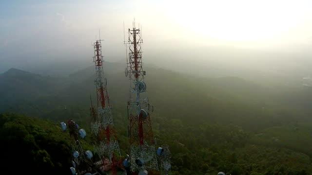 vídeos y material grabado en eventos de stock de telecomunicaciones antenas de televisión de mast - frecuencia