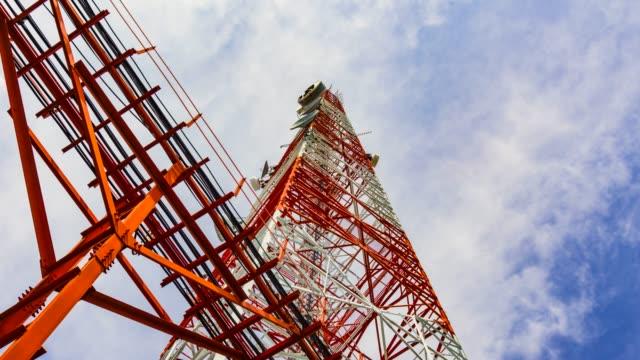 Telecommunicatie toren tegen blauwe hemel