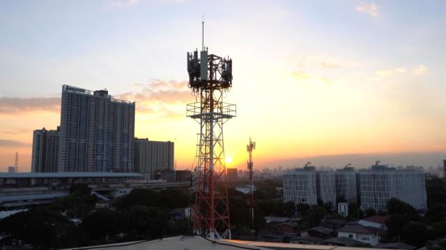 telekommunikationsturm antenne in bangkok sonnenuntergang - radioaktive strahlung stock-videos und b-roll-filmmaterial