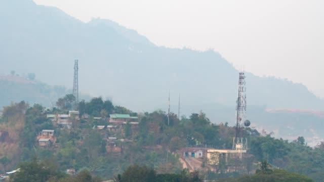 vídeos y material grabado en eventos de stock de 4k tl: torre de telecomunicaciones en la montaña. - antena parabólica