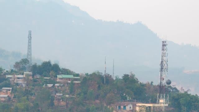 vídeos y material grabado en eventos de stock de 4k tl: torre de telecomunicaciones en la montaña. (alejar) - antena parabólica