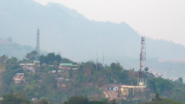 vídeos y material grabado en eventos de stock de 4k tl: torre de telecomunicaciones en la montaña. (acercar) - antena parabólica