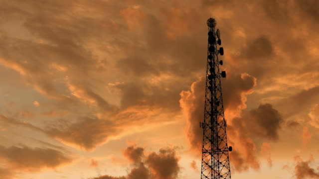 vídeos y material grabado en eventos de stock de torre de telecomunicaciones timelapse de nubes rojo al atardecer - torres de telecomunicaciones
