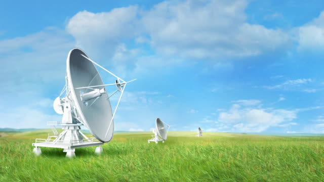 satelliten in der telekommunikation - satellitenschüssel stock-videos und b-roll-filmmaterial