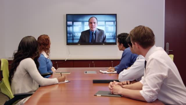 専門的なビジネスの会議で遠隔地間会議 - 会議室点の映像素材/bロール