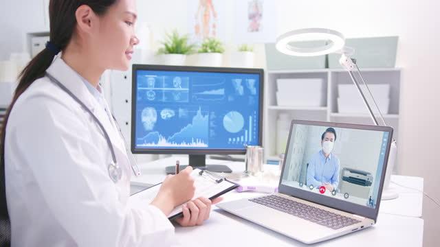 タブレット上の遠隔医療の概念 - 離れた点の映像素材/bロール