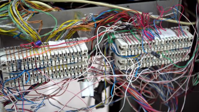 telefonkabel i serverrummet - metalltråd bildbanksvideor och videomaterial från bakom kulisserna