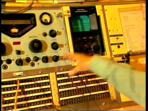 "somerset: somerton: gv aerials somerton radio station"" gv international telecom radio centre bv operator at radio bv jack plug put in telex machine... - オシロスコープ点の映像素材/bロール"