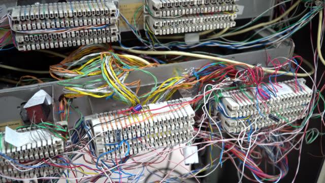 vídeos y material grabado en eventos de stock de cajas telefónicas de conexiones sistemas de cable debido a los zócalos krone. la caja de conexiones abierta para la conexión de cables telefónicos y de ordenador - centralita de teléfono