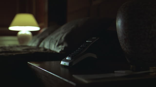 stockvideo's en b-roll-footage met a telephone on a nightstand is answered. - oppakken