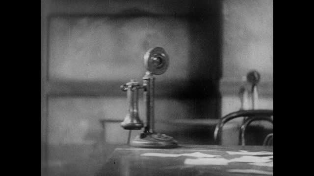 vídeos y material grabado en eventos de stock de 1931 telephones ring in an empty pressroom as reporters work silently in busy newspaper office - resonar