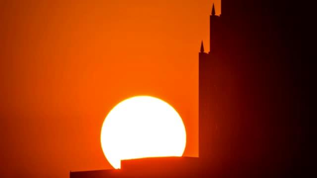 vídeos y material grabado en eventos de stock de teleobjetivo de salidal del sol sobre edificio de houston. - texas