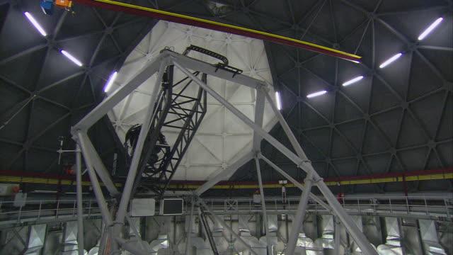 stockvideo's en b-roll-footage met ms telescope inside closed observatory / karoo, south africa - astronomietelescoop