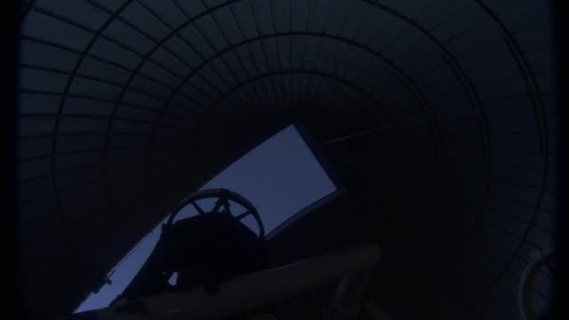 vidéos et rushes de a telescope moves toward an observatory opening. - observatoire